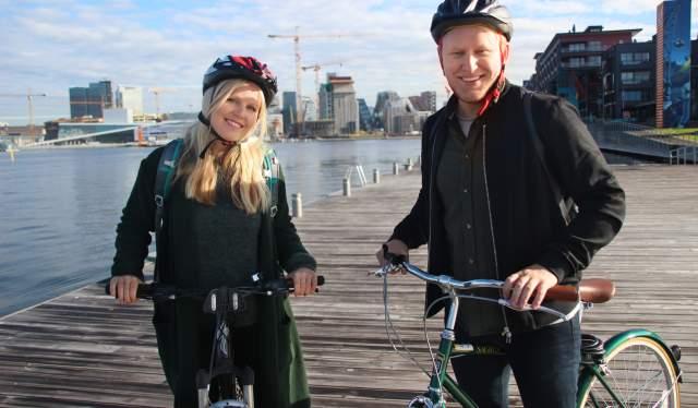 Twee fietsers in Sørenga in Oslo, Oost-Noorwegen