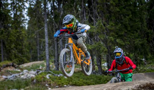 Zwei Downhill-Mountainbiker im Hafjell Bike Park in Ostnorwegen