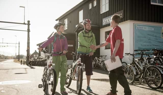 Zwei Tourenradfahrer vor dem Fahrradverleih in Finse in Fjord Norwegen sind bereit für die Bahnarbeiterstraße