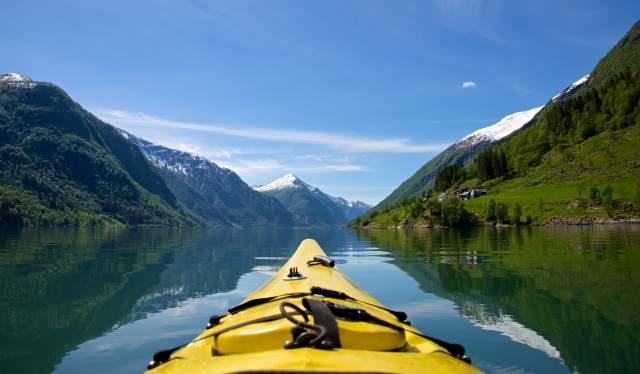 Étrave d'un kayak sur le Fjærlandsfjorden en Norvège des Fjords, sous le soleil