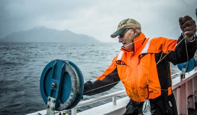 Svein Kristiansen ombord på fiskeskøyta «Elltor» utenfor Nusfjord i Lofoten