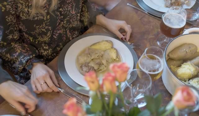 En tallerken fårikål på et middagsbord i Oslo på Østlandet