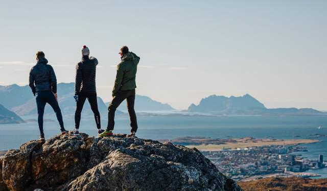 Tre personer på står på toppen av Keiservarden i Bodø, Nord-Norge