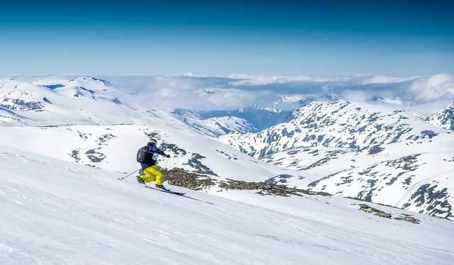 En person kjører ski  om sommeren på Stryn sommerski i Nordfjord på Vestlandet