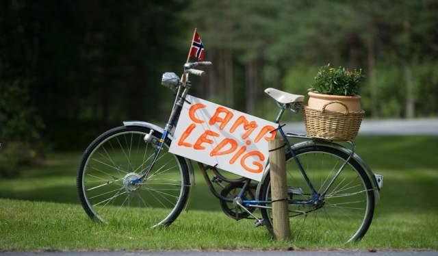 En sykkel med et skilt som sier at campingen er ledig