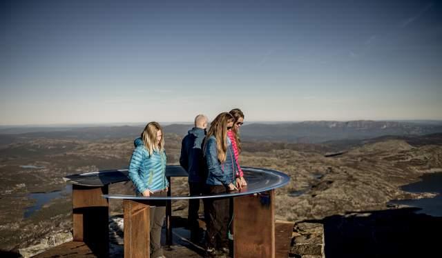 En gruppe mennesker nyder udsigten fra Gaustatoppen i Telemark, Norge