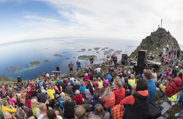 Utendørskonsert på Festvågtinden i Lofoten