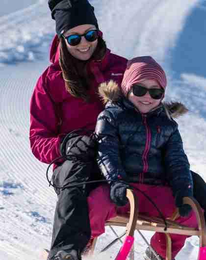 Mutter und Tochter beim Schlittenfahren am Berg Hofen beim Loen Skylift in Norwegen
