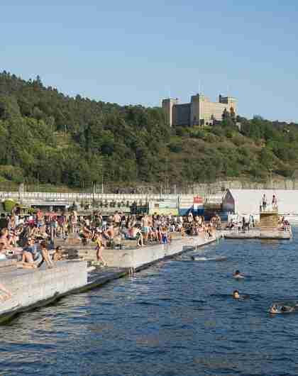 Bagnanti prendono il sole a Sørenga Sjøbad, piscina con acqua di mare a Oslo, Norvegia