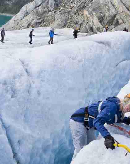 Leute bei einer geführten Wandertour auf dem Folgefonna Gletscher