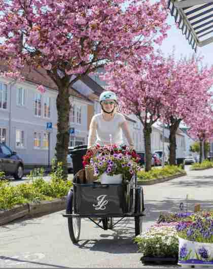 Syklist med hjelm i Posebyen i Kristiansand på Sørlandet