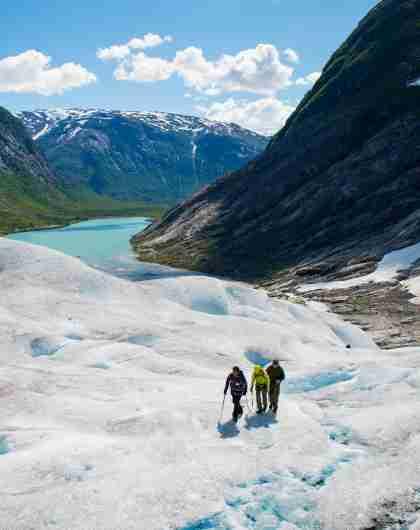Tre personer på en gletsjervandring på Nigardsbreen i Fjord Norge
