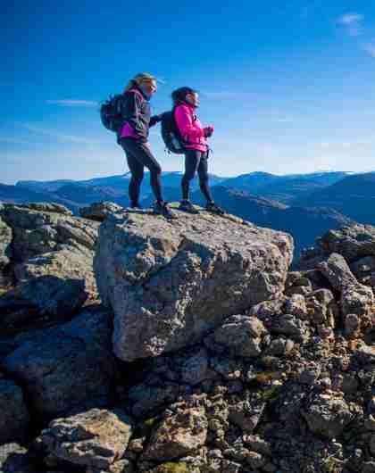 To mennesker på Hornelen i Bremanger i Norge en sommerdag