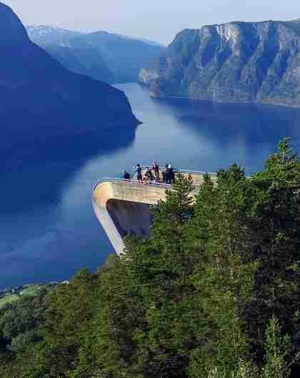 Mensen die op het Stegastein-uitkijkpunt staan langs de Norwegian Scenic Route Aurlandsfjellet