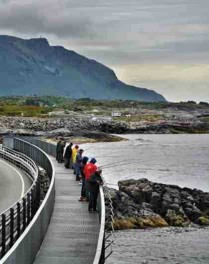 En grupp fiskare vid bron Myrbærholmen vid Atlanterhavsvegen i Fjord Norge (Vestlandet)