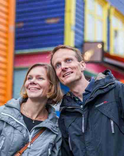 Ein Paar auf Wochenendausflug in Stavanger in der Straße Øvre Holmegate, Fjord Norwegen