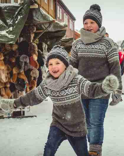 Two barn mellom bodene på Julemarked Røros i Trøndelag