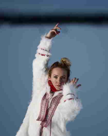 Den nye lyden av joik: portrett av den samiske artisten Elle Márjá Eira som danser utendørs om vinteren i Nord-Norge
