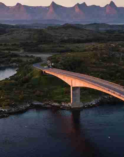 Eine Brücke, die Herøy mit einer weiteren Insel von Helgeland verbindet, Nordnorwegen