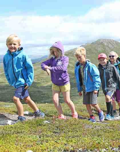 Een groep volwassenen en kinderen aan het wandelen in de bergen rond Hemsedal, Oost-Noorwegen