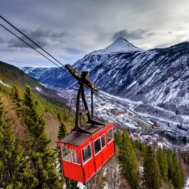 Krossobanen kabelbane på vej op på fjeldet fra Rjukan i Telemark, Norge