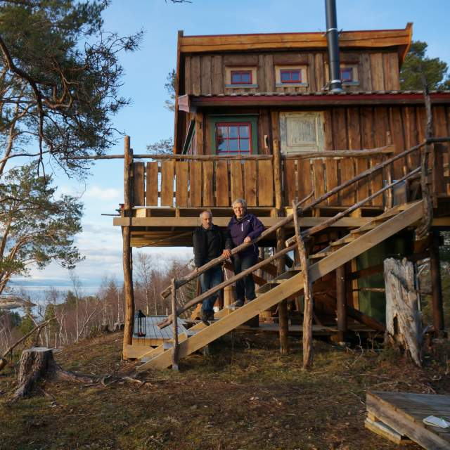 Two people on the stairs of Spettspiret treehouse,  Inderøy, Trøndelag
