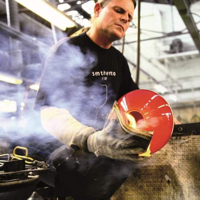 A employee of Hadeland Glassverk making glass artwork