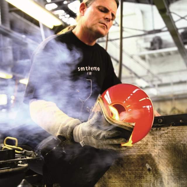 A employee of Hadeland Glassverk making glass artwork