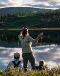 En dame og familien hennes fluefisker i Blefjell på Østlandet