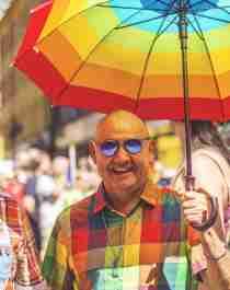 To menn går i paraden under Oslo Pride 2018