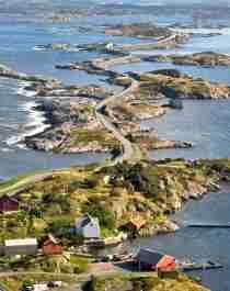 Flyfoto av Atlanterhavsvegen som svinger seg gjennom kystlandskapet på Vestlandet