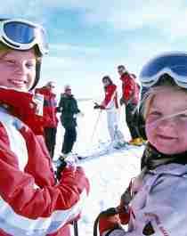 En familie i skibakken i Trysil på Østlandet