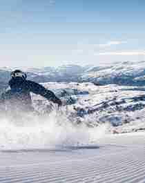 En person står på alpint på Voss Resort på Vestlandet