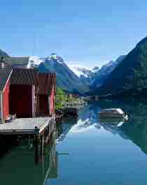 Fargede trehus langs Sognefjorden