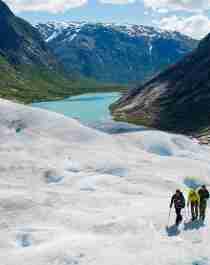 Tre personer på glaciärvandring på Nigardsbreen