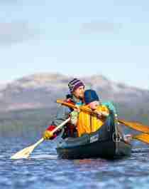 En gutt og en mann på kanotur i Femund Engerdal