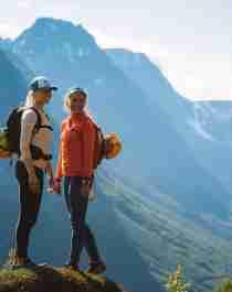 Zwei Frauen wandern an einem sonnigen Sommertag in den Bergen um Tromsø in Nordnorwegen