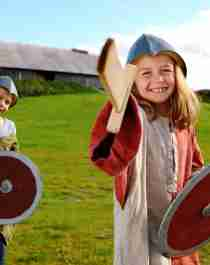 Två barn i vikingdräkter i Stiklestad Kultursenter