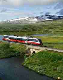 Et tog passerer en innsjø på Saltfjellet i Nordland