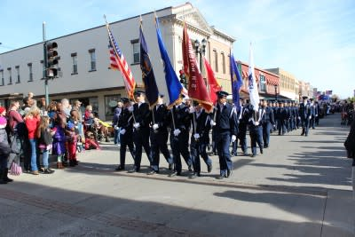 A crowd gathers as soldiers march at the Leavenworth Veterans Day Parade
