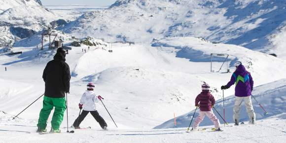 ca6f809b55b2 Two adults and two children alpine skiing in Hemsedal