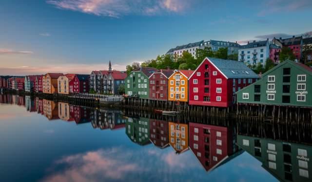Gamle fargerike trehus langs Nidelva i Trondheim