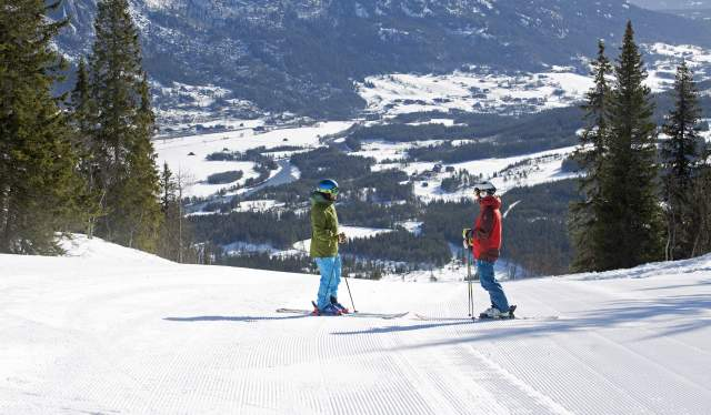 Family skiing in Hemsedal