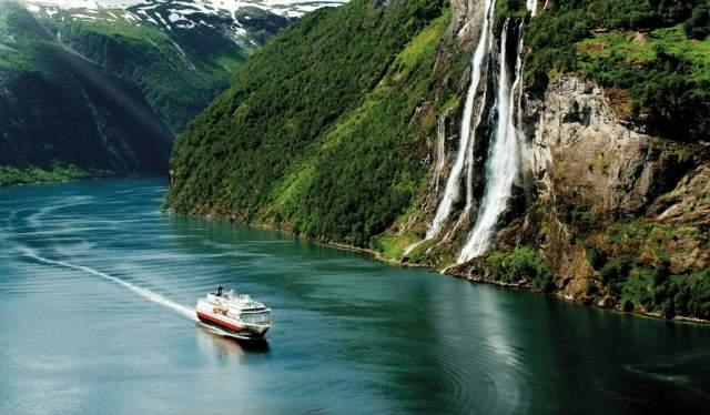 Un navire Hurtigruten dans le Geirangerfjord, Norvège