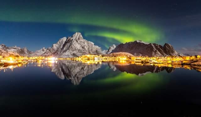 Nordlys over reine i Lofoten