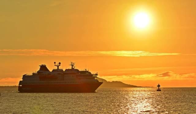 Hurtigruten sous le soleil de minuit en Norvège