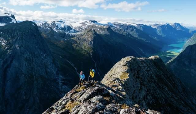 To mennesker går opp Kattanakken i Jostedalsbreen nasjonalpark på Vestlandet i Norge