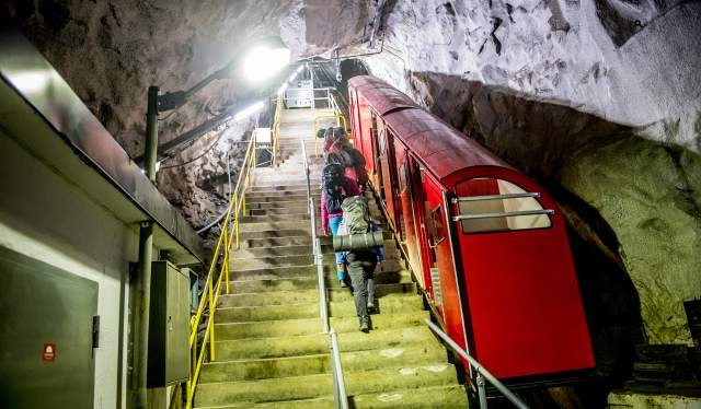 En gruppe mennesker på vej ind i Gaustabanen, der løber inde i fjeldet Gaustatoppen i Telemark, Norge