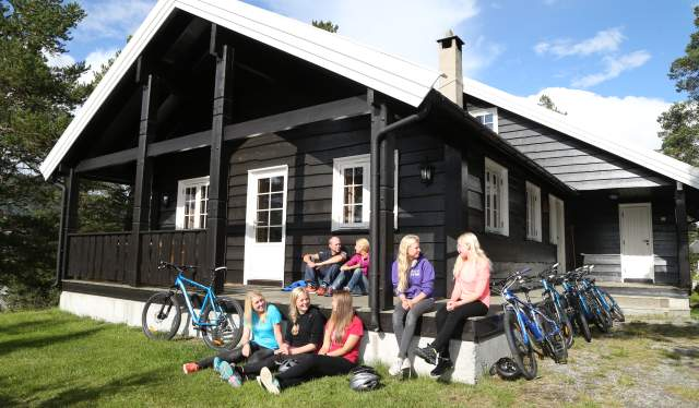 Large family outside a cabin in Geilolia