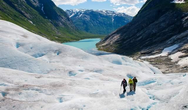 Tre mennesker går i taulag på Nigardsbreen